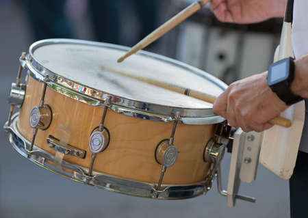 Drummer in een Marching Band Drummers spelen snare drums in parade