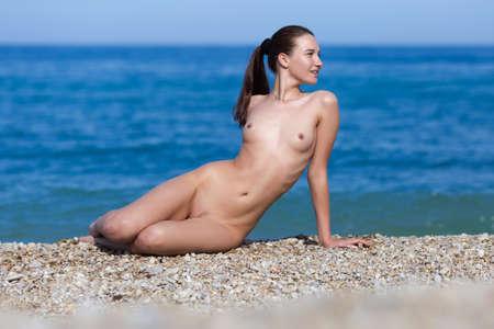 nue plage: Fille à la mer. Jeune femme nue bronzage sur mer