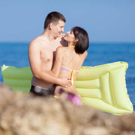 nene y nena: Atractiva pareja en el mar. Hombre joven y mujer en la costa rocosa salvaje Foto de archivo
