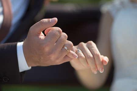 dedo meÑique: Manos de la boda. El novio y la novia hacer una promesa del meñique Foto de archivo