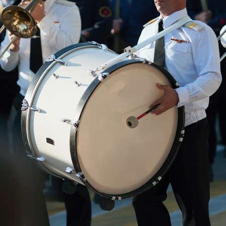 Drummer in een Marching Band. Drummer speelt grote trom in de parade