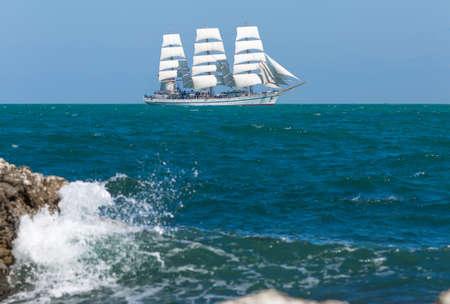 Seascape z żaglowcem. Biały żaglowiec pływających w Morzu Czarnym