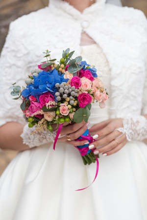 Nosegay in hands of bride. Bride is holding a large bright wedding bouquet Banque d'images - 123300744