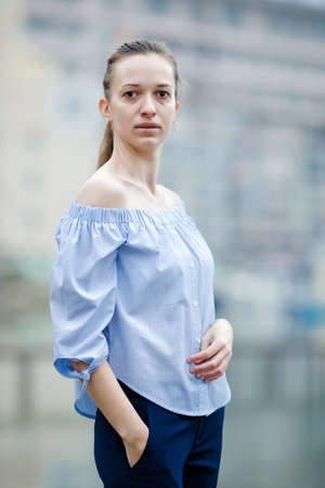 Portrait of female person without make-up in overcast day. Banque d'images - 127356888