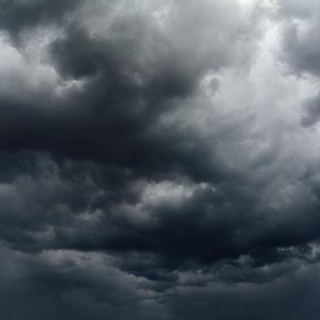 de sombres nuages ??avant un orage