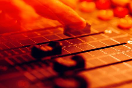 Audio profesional consola de mezcla con faders y perillas de ajuste - radiodifusión sonora / TV, la abstracción del movimiento en el colorido espectáculo de luz Concierto