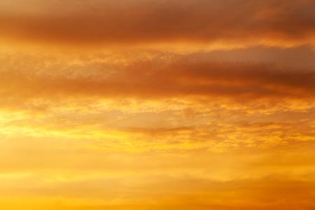 Vurige avondrood oranje Dramatische gouden hemel op de achtergrond zonsopgang Stockfoto