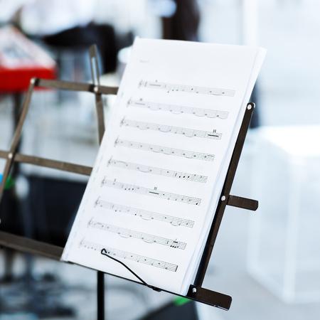 muziek noten op lessenaar