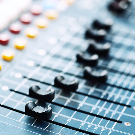 muziek mixer in de studio close-up Stockfoto