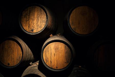 오래 된 와인 셀러 나무 오크 와인 배럴 와인 배럴 스톡 콘텐츠
