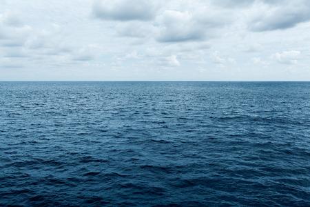 olas de mar: mar azul y cielo nublado olas en Océano Atlántico