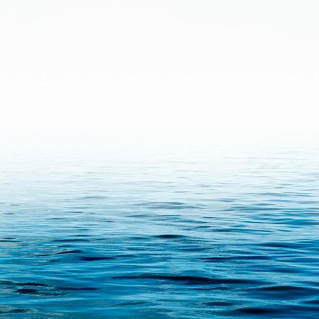 Blauwe oppervlak zeewater Water, Oceaan, Wave. Close-up Natuur achtergrond. Soft focus Stockfoto