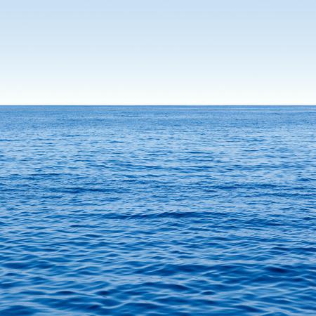 Lege blauwe oceaan en blauwe hemel zee horizon