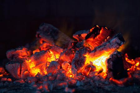 Warme kolen in de grill, bbq, vlam