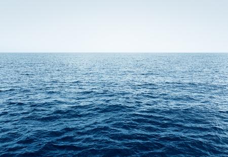 青い透明な海と空、海の波と澄んだ青い空、セレクティブ フォーカス