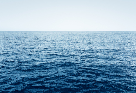 olas de mar: Mar de aguas azules y el cielo, el océano con olas y el cielo azul claro, el enfoque selectivo