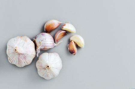garlic top view garlic bulbs with garlic cloves Standard-Bild