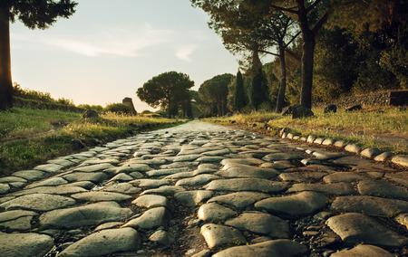 Strada antica, Via Appia Antica a Roma, Italia sul tramonto