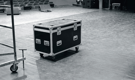 Road case of flight case op het podium