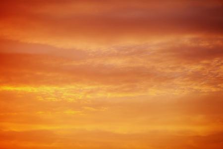 sfondo del cielo al tramonto rosso arancio infuocato