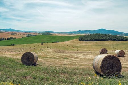 Tuscany landscape with hay bales on field, Italy Stockfoto