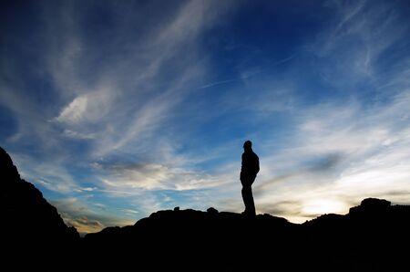 El caminante en la puesta del sol Foto de archivo - 58653929