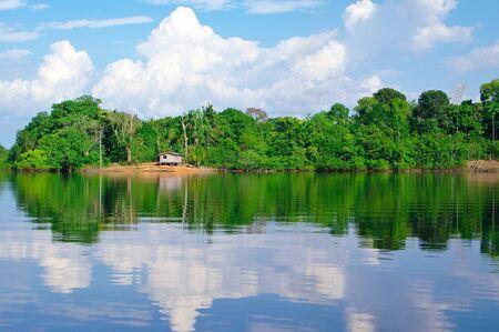 rio amazonas: casa de inclinaci�n sobre el r�o Amazonas Foto de archivo