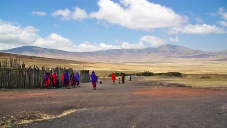 Arusha, TZ - CIRCA Agosto 2010 - villaggio Masai nel parco nazionale del Serengeti. Editoriali
