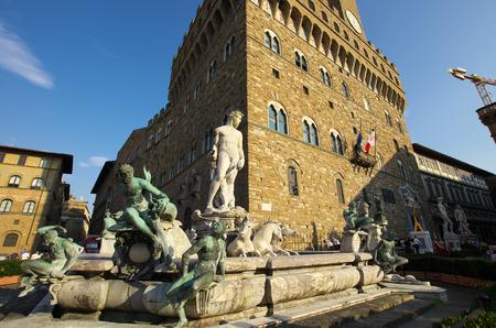 neptuno: FLORENCE, TI - septiembre, 9 2016 - Fuente de Neptuno y el Palazzo della Signoria en Florencia