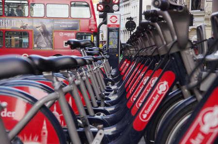 cycles: LONDRES, Reino Unido - 01 Diciembre 2016 - ciclos Públicas en la calle de Londres, un transporte ecológico.