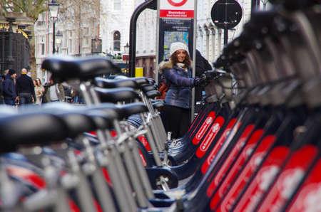 ciclos: LONDRES, Reino Unido - 01 Diciembre 2016 - ciclos Públicas en la calle de Londres, un transporte ecológico.