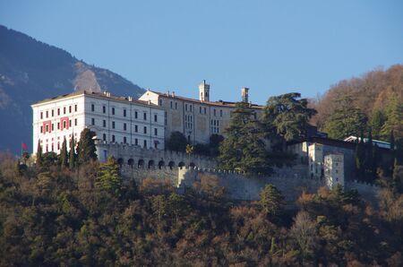 Vista de Castelbrando, una vez a la disputa de la diócesis de Vittorio Veneto, y las colinas circundantes. Foto de archivo - 69514541