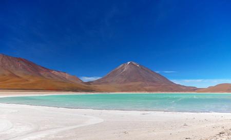 Green lagoon an Licancabur volcano on the Andean altiplano of Bolivia, South America 写真素材