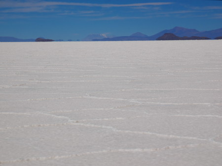 The incredible salt flat of Salar de Uyuni, on the andean altiplano of Bolivia, South America Foto de archivo - 117646596