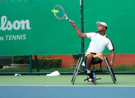 paraplegico: Un jugador de tenis de silla de ruedas durante un partido de campeonato de tenis, tomar una foto