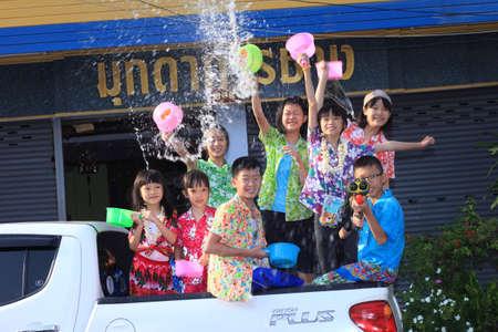 MUKDAHAN THAILAND-APRIL 13:Mukdahan Songkran festival. Foreign tourists and Thai people enjoy splashing water. on April 13,2015 in Mukdahan,Thailand. 免版税图像