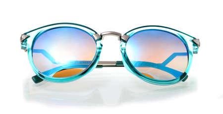sunglasses: Retro Gafas de sol en el fondo blanco, gafas de sol clásicas, gafas de sol vintage, azul. Foto de archivo