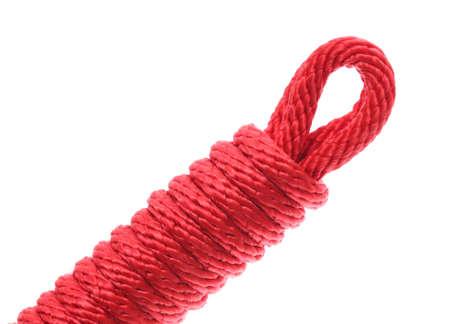 nudo: Cuerda Roja en un nudo aislado en el fondo blanco.