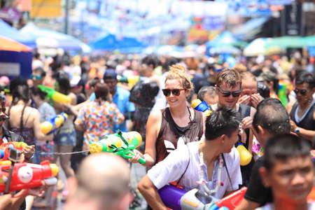 Bangkok, Thailand - April 13: Tourists shooting water guns and having fun at Songkran festival, the traditional Thai New Year, on Khao San Road in Bangkok, Thailand. 新聞圖片