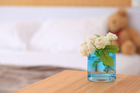 White jasmine flowers in a glass.Beautiful jasmine flower in the pot on the bedroom. Copy space blur bedroom background. 版權商用圖片
