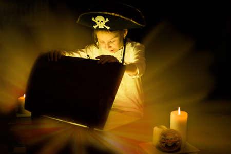 Sueños de la infancia. Una chica aventurera encontró un tesoro. Feliz joven pirata. Foto de archivo - 81106807