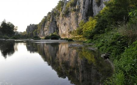 Morning view entlang des Flusses Chassezac Standard-Bild - 15440742