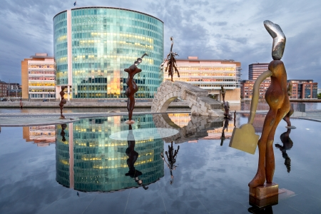 culptures with reflections in water are located in front of office buildings, situated in the harbor of Copenhagen, Denmark Standard-Bild