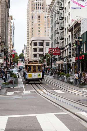 SAN FRANCISCO Ca. - 16 juin: Les passagers montent dans une voiture de câble 16 juin 2015 à San Francisco. Il est le moyen le plus populaire pour se déplacer dans la ville de San Fransisco.