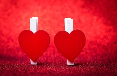 fondo elegante: Dos corazones del día de San Valentín. fondo desenfocado purpurina