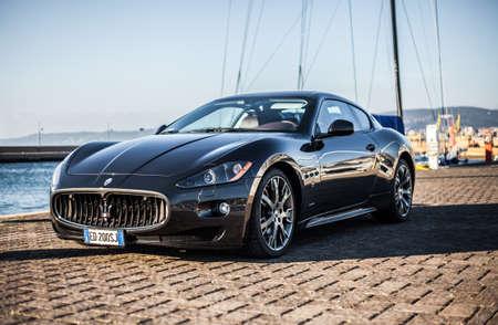 MUGGIA, Italië 16 maart 2013: Foto van een Maserati GranTurismo S. De Maserati GranTurismo is een twee-deurs