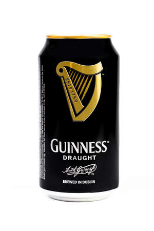 stout: Trieste, italiano julio 08 de 2016, Guinness stout lata de aluminio en el fondo blanco. dry stout irlandesa se originó en la fábrica de cerveza de Arthur Guinness, Dublín. Una de las marcas de cerveza de mayor éxito en todo el mundo.