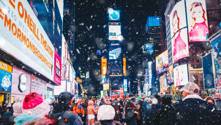 New York City, USA - March 18, 2017: People and famous led advertising panels in Times Square during the snow, one of the symbol of New York City. 新聞圖片