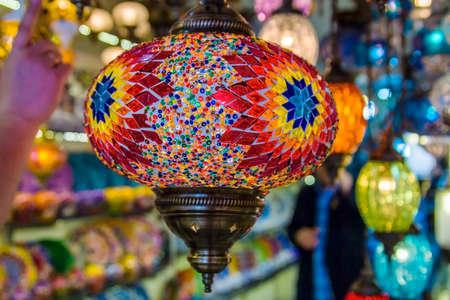 Lampen Oosterse Stijl : Turkse decoratieve lampen van glas mozaïeken in de bazaar in