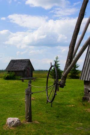 古い工場、納屋と古代の日常生活 Dudutki、ミンスク地域、ベラルーシの博物館複合体のフィールドの背景風景を見る